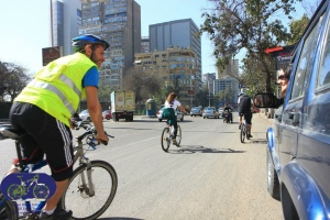 Ride Marshall explaining to a curious driver about the bike/ run initiative (Mostafa Ahmed - GBI Team)